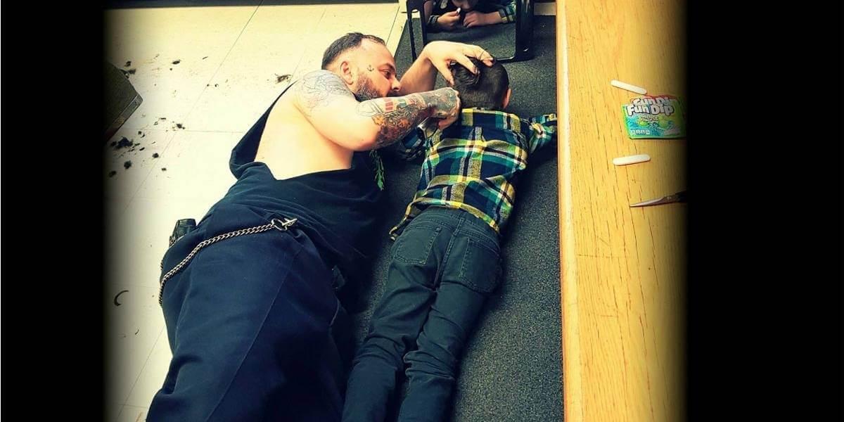 barbeuricanada 83f56e18b914435254f8fa2af946e663 1200x600 - Empatia: cabeleireiro atende criança autista deitado no chão