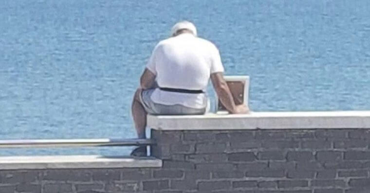 esposa para a praia 1 760x397 - Este senhor leva a foto da esposa falecida à praia, diariamente, para lhe fazer companhia