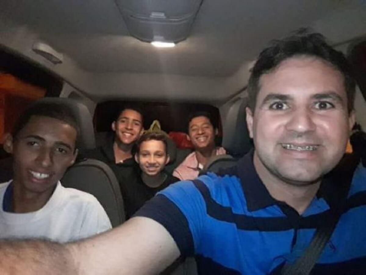 pai 5 filhos 2 e1524789622791 545x409 - Cinco irmãos que viviam em abrigos diferentes são adotados por pai solteiro, para ficarem juntos
